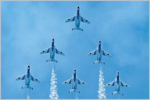 ブルーインパルスのパイロットがスモーク噴射