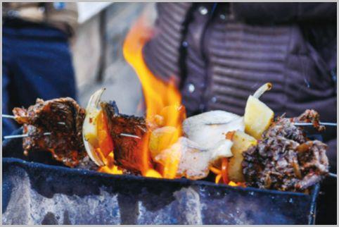 乙嫁語りで様々な動物の肉が串焼きにされている