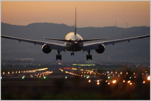 空港に迫ってくる着陸機が使用するエアーバンド